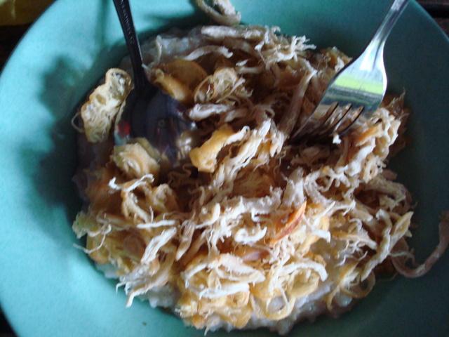 Bubur ayam mang Oyo. Buburnya kental dan taburan ayam goreng yg ...